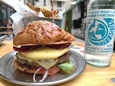 What's Beef is a burger joint inspired in New York stile burger places, they have a very clear look and fell all over their branding. The products are top quality and pure freshness. On their…