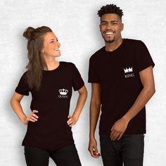 T-shirt King Queen côté coeur T-shirt King, King Queen, T-shirt Couple, Couple Tshirts, T Shirts For Women, Couples, Mens Tops, Fashion, Couple Clothes