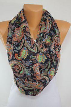Un joli foulard à porter sur des tons neutres