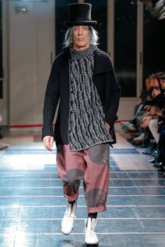 Oversize Jacket | Yohji Yamamoto | F/W 2014 ----- Another masterpiece by Yamamoto. When the trend meets a Japanese designer, Yamamoto added a special side dish to the entrées by extending the idea of oversized jacket to the scarf.