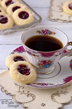 Easy and delicious-looking biscuits recipe idea for your tea party! Raspberry Almond Shortbread Thumbprint Cookies I dulcedough Thumbprint Cookies, Tea Cakes, Cupcake Cakes, Tee Sandwiches, Café Chocolate, Almond Shortbread Cookies, Think Food, Tea Party Birthday, Christmas Cookies