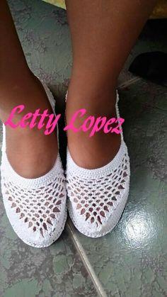 De piso Crochet Baby Boots, Crochet Sandals, Crochet Slippers, Crochet Clothes, Crochet Quilt, Crochet Yarn, Crochet Stitches, Crochet Slipper Pattern, Crochet Patterns