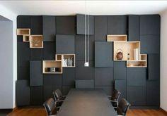 Ilots en bois incrustes sur mur noir
