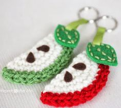 Crochet Apple Slice Keychain - Repeat Crafter Me Crochet Apple, Crochet Fruit, Crochet Food, Crochet Gifts, Diy Crochet, Crochet Flowers, Crochet Baby, Repeat Crafter Me, Crochet Keychain