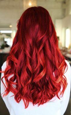 longs cheveux de couleur rouge, fille moderne