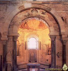 Interior del Monasterio de San Juan de Poitiers.  Baptisterio MEROVINGIO, a diferencia de otros no tiene planta centralizada, sino que se trata de una estructura rectangular que aloja una pila  octogonal a la que en el s.VI se le añaden dos alas laterales.