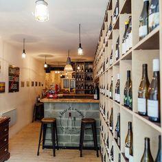 A boire et à manger cabinet d'Oenothérapie Ingénieur en agriculture, Alexandre Forge a travaillé dans des domaines en bio ou en biodynamie avant d'ouvrir une cave à vins où l'on découvre une gamme très complète de vins bio, tout en dégustant charcuteries et fromages de première qualité. Tous les mardis, sur réservation, il organise des cours de dégustation, et sa cave à vins est ouverte le dimanche, midi et soir, avec un Dj aux platines, pour des soirées Wine Dance