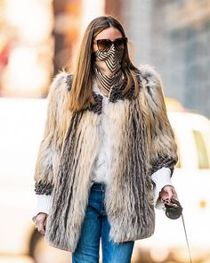 Olivia Palermo fashions scarf into face mask to walk dog in NYC. ahead of wedding anniversary Milan Fashion Weeks, New York Fashion, Paris Fashion, Girl Fashion, Head Scarf Styles, Olivia Palermo Style, Style And Grace, Autumn Winter Fashion, Catwalk