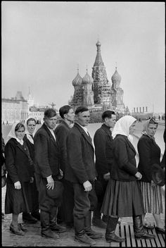 Henri Cartier-Bresson - People in line to visit Lenin's Mausoleum, Red Square, Moscow, 1954.