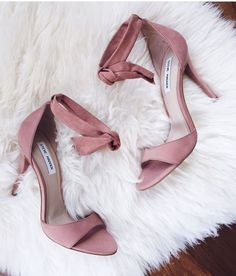 Wear pink shoes to look as gorgeous as carrie bradshaw! See our curious pieces of advice to learn how to match these fashionable shoes correctly. Pretty Shoes, Beautiful Shoes, Cute Shoes, Me Too Shoes, Stilettos, High Heel Pumps, Pink High Heels, Zapatos Shoes, Shoes Heels