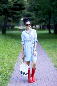 Chambray is a great fabric for spring, so toss on your denim top or dress as Rachel of Pink Peonies did, and slip into your wellies. #Spring #Fashion