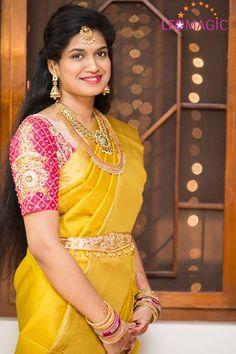 South Indian bride wearing Golden Yellow silk kanchipuram sari with contrast pink embroidered blouse. Half updo with maang tikka. Wedding Saree Blouse, Bridal Silk Saree, Saree Dress, Wedding Sarees, Pattu Saree Blouse Designs, Bridal Blouse Designs, Dress Designs, South Indian Bride, Indian Bridal