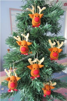 Reindeer Christmas Tree Ornaments - come on, how cute are these? #Knitting #Pattern