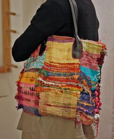 SAORI NYC handwoven tote box shape by LoopoftheLoom on Etsy Loom Weaving, Hand Weaving, Peg Loom, Diy Handbag, Weaving Textiles, Weaving Projects, Tear, Fabric Strips, Fabric Bags