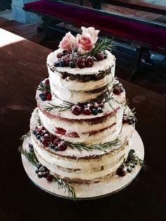 """Svatební dort zimní """"naked cake"""" (65 porcí) Svatební dort pro 65 hostů, váha cca 10 kg. Spodní patro je z vanilkového korpusu, krému z bílé čokolády, manga a passionfruit, prostřední je red velvet s mascarpone a brusinkami a horní extra čokoládové s višněmi. Příchutě je možné měnit dle přání. Zdobeno čerstvým ovocem a živými květy."""