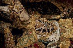 Caçador de relíquias fotografa esqueletos com mais de 400 anos usando joias raras