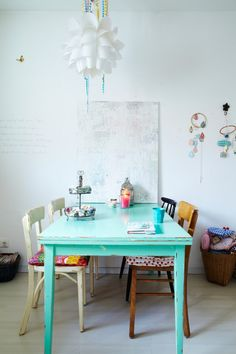 Peindre la vieille table dans une jolie couleur pour réveiller un salon blanc