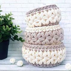 Arteira Yarn Projects T Shirt Yarn Baskets Amigurumi Elsa Love Crochet Knitting Baby Crochet Bowl, Crochet Basket Pattern, Crochet Yarn, Crochet Stitches, Crochet Patterns, Crochet Baskets, Rug Yarn, Crochet Home Decor, Crochet Handbags