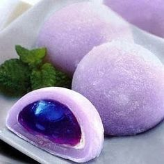 Mochi cakes, probably daifuku. I wonder how they made the filling, it's really beautiful. Japanese Sweets, Japanese Wagashi, Japanese Cake, Japanese Food, Japanese Style, Cute Desserts, Asian Desserts, Desserts Japonais, Cute Food