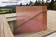 Arquitectura de Casas: Moderna casa volcada sobre ladera de montaña en Colombia.