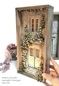 miniature dolls Miniature Frame Scene Dollhouse By Hiromi Vitrine Miniature, Miniature Rooms, Miniature Crafts, Miniature Houses, Miniature Furniture, Dollhouse Furniture, Shadow Box Kunst, Shadow Box Art, Diy Dollhouse