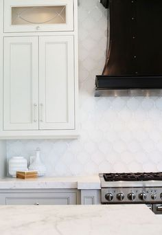 Love The Touch Of Black From Range Hood In This Kitchen Arabesque Tile Backsplash