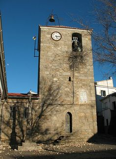 Iglesia Parroquial de San Juan y su hermoso crucero. Es del siglo XV aunque está muy reconstruida.