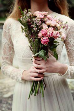 Novias con tocado de inspiración vintage en invierno: Ramo de flores