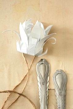 Add the finishing touch to your table with these easy-to-make paper proteas. Origami Paper, Diy Paper, Paper Crafts, Paper Art, Diy Arts And Crafts, Bead Crafts, Diy Crafts, Cloth Flowers, Paper Flowers