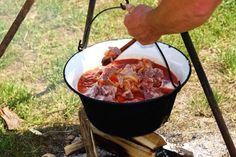14 tricks and tips for cauldron cooking Lidl, Bbq Rub, Goulash, Camping Meals, Good To Know, Grilling, Food And Drink, Soup, Cooking Recipes