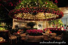 Decor de Noivado Luxuoso. Uma dica barata é aprender a fazer flores realísticas de papel para cascatas de flores na decoração do noivado.