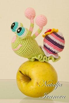 Cutest snail I've ever seen! Crochet Snail, Crochet Dragon, Love Crochet, Crochet Patterns Amigurumi, Crochet For Kids, Crochet Stitches, Crochet Animals, Knit Crochet, Knitted Dolls