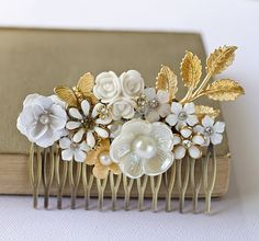 Romantic and soft. Perfect for a vintage look. Vintage Hair Combs, Hair Jewelry, Beaded Jewelry, My Hairstyle, Floral Hair, Pearl Flower, Hair Ornaments, Vintage Hairstyles, Chic Wedding