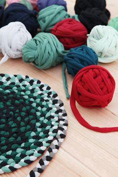 Braided Rug Tutorial, Rag Rug Tutorial, Braided Wool Rug, Woven Rug, Tapetes Diy, Diy Bed Sheets, Crochet Rug Patterns, Crochet Rugs, Doily Rug