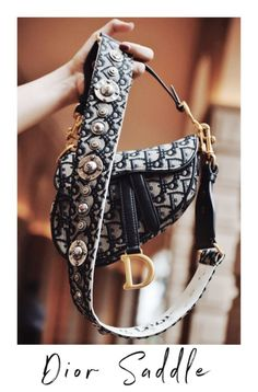 We were almost recovering from the and early nostalgia of belt bags and slim sunglasses when Dior brought back it's iconic Saddle bag. For those who are SATC fans need no introduction… Dior Purses, Dior Handbags, Purses And Handbags, Dior Bags, Ladies Handbags, Replica Handbags, Dior Saddle Bag, Saddle Bags, Zapatillas Louis Vuitton