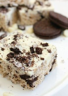 With chunks of chocolate and cookies, a top layer of white chocolate, and more cookies crumbled on top, this Cookies and Cream Rice Krispies Treat® recipe is quick and easy, and it's the perfect kid-friendly dessert!