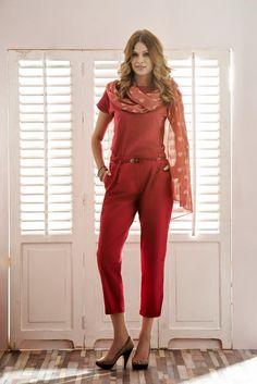 Subtelna apaszka, koralowa bluzka i intensywnie czerwone spodnie. Stopniowanie koloru to świetny sposób na zgrany zestaw do pracy i na spacer! #QSQ #fashion #inspirations #outfit #ootd #look #spring #summer #casual #work #elegance #formal #formalwear #minimal #feminine #coral #red #trouders #cowl