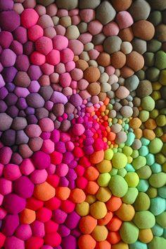 Serena Garcia Dalla Venezia cria bolinhas de tecido de diversas cores e tamanhos costuradas à mão, que formam composições incríveis em conjunto
