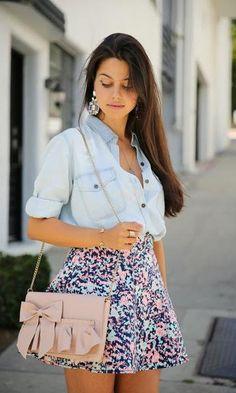 Look: Camisa Jeans Girlie. Modait moda it, fashion, style. Saia floral, verão, camisa jeans, bolsa rosa, maxi brincos.