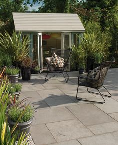 The perfect accompaniment for contemporary garden designs, Bradstone Riverwashed Natural Limestone in Steel Grey gives an individual look to a classic garden. Slate Paving, Paving Stones, Bradstone Paving, Patio Slabs, Paved Patio, Limestone Patio, Patio Kits, Coping Stone, Sandstone Wall