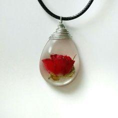 Un vero bocciolo di rosa preservato per sempre in un pendente di resina cristallo!