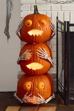 Pumpkin Halloween Decor Ideas for the Thriller Night - Hike n Dip Pumpkin is a major part of Halloween and Fall decoration. Here you will find some of the classiest and most fabulous Pumpkin Halloween Decor Ideas. Halloween Tags, Halloween Home Decor, Outdoor Halloween, Halloween Projects, Holidays Halloween, Halloween Pumpkins, Halloween Party, Halloween Pumpkin Decorations, Halloween 2019