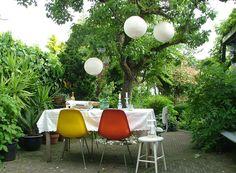 dinner #party #garten #fest #deko #interior #einrichtung #einrichtungsideen #dekoideen #dekoration #sommer #essen #garden #lampions Foto: kayvintage