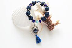 ∯▪ ℂollezione: Il Mare Addosso ▪∯  Marine \\ Il mare è un trattato di pace tra la stella e la poesia❣ Habanero Handmade - Vintage Jewelry  ➲ OBracciale elastico con perle in pietra vulcanica lavorata e colorata blu cobalto. Perle in cristallo azzurro e blu. Pendente in vera porcellana Delft dipinta a mano, nappina blu in cotone.  ❥ 12