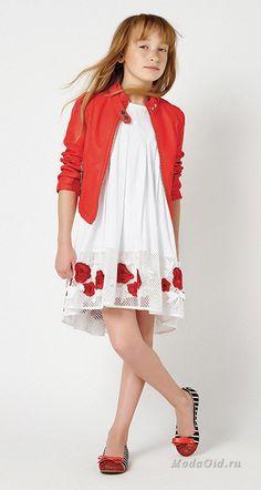Комфорт и красоту в одежде сочетать непросто, но дизайнерам новой коллекции Twin-Set Simona Barbieri для девочек от 6 до 16 лет это удалось. Куртки, жилеты, комбинезоны из денима, свободные туники, футболки с забавными принтаи и надписями отвечают за удобство в повседневной носке, а вот платья, жакеты, кардиганы в пастельных оттенках и с цветочными принтами - за женственность. Young Fashion, Tween Fashion, Little Girl Fashion, Dope Outfits, Girl Outfits, Divas, Junior Fashion, Trendy Kids, Young Models