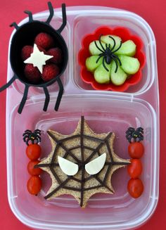 creepy school lunch ideas for kids (great for a Halloween party too?) These frightfully fun Halloween bento box ideas are sure to scare your kids into eating their school lunch. Cute Snacks, Lunch Snacks, Bento Box Lunch, Easy Lunch Boxes, Cute Food, Halloween Lunch Ideas, Theme Halloween, Spooky Halloween, Kid Lunches