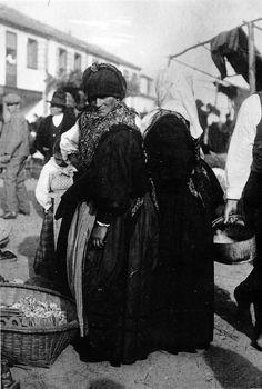 Diferenzas de tecidos nas saias: a primeira muller ten o pano da cabeza disposto para librar do sol nos ollos