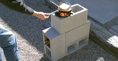 A very easy way to create your own rocket stove. Simply put 4 concrete / cinder…