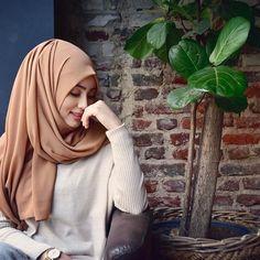 Image about marziyeesarp in Hijabi Girl by Sundus Kamil Hijab Turban Style, Hijab Style Dress, Hijab Chic, Hijab Outfit, Hijab Niqab, Beautiful Muslim Women, Beautiful Hijab, Hijabi Girl, Girl Hijab