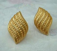 Gold Bangles Design, Gold Earrings Designs, Gold Jewellery Design, Gold Jewelry Simple, Gold Rings Jewelry, Glass Jewelry, Gold Earrings For Women, Vintage Jewelry, Fashion Jewelry